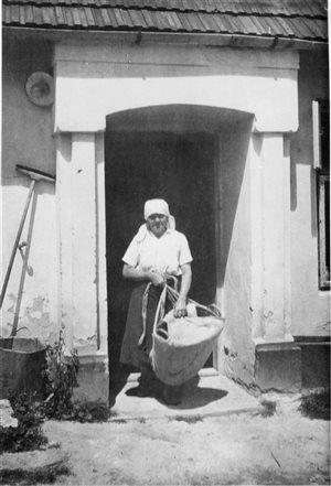 Fotografia z r.1948 - Viktória Ovcharovichová v dúbravskom kroji